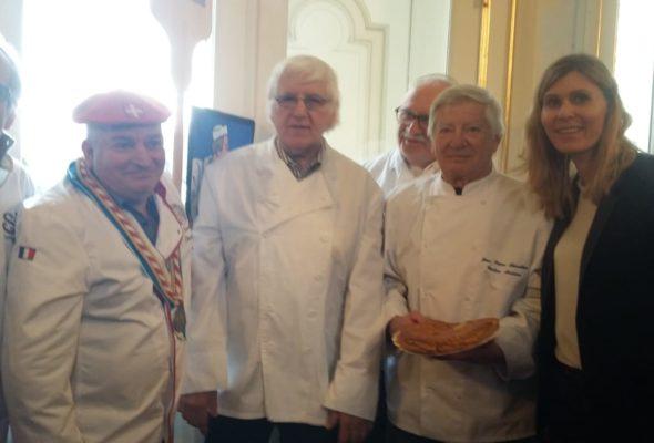 Annecy / galette offerte par les artisans Boulangers de Haute-Savoie